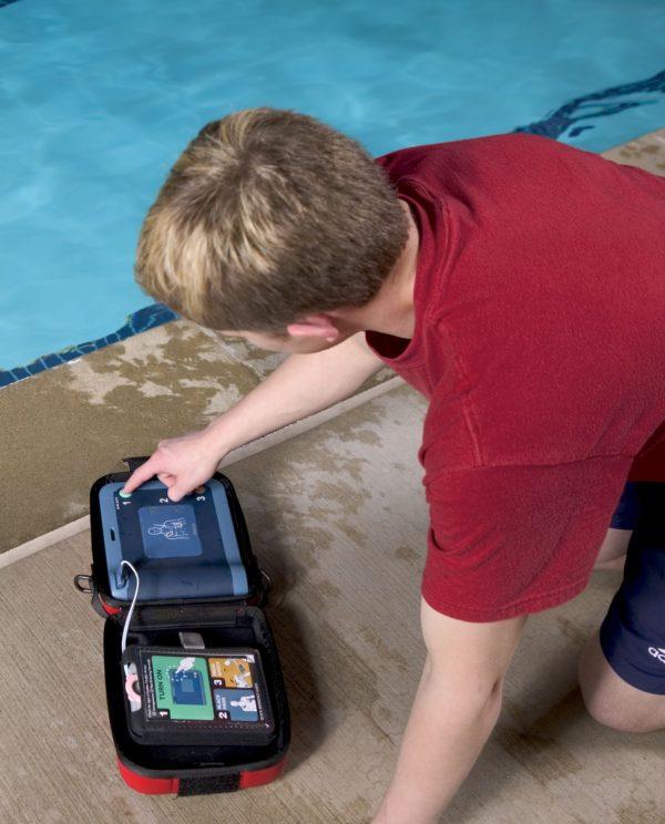 Philips HeartStart FRx Defibrillator wird gerne zur Erste-Hilfe in öffentlichen Einrichtung wie Schwimmbädern oder Krankenhäusern eingesetzt.