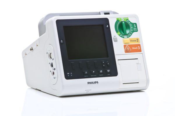 Die Anschlüsse für die Defi-Pads und die Paddels des Philips HeartStart XL+ befinden sich seitlich vom Defibrillator.
