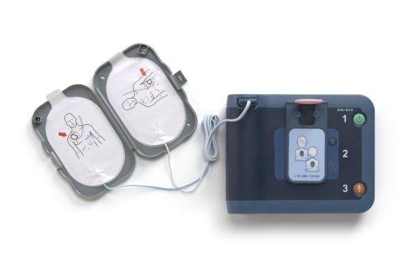 Der kleine Philips HeartStart FRx Defibrillator wird zusammen mit Defi-Pads eingesetzt.