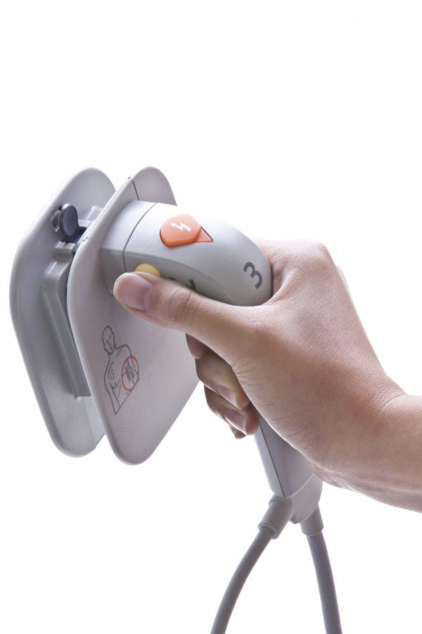 Die Plattenelektroden des Philips HeartStart XL+ haben einen Knopf im Griff integriert, mit dem man die Schocks auslösen kann.