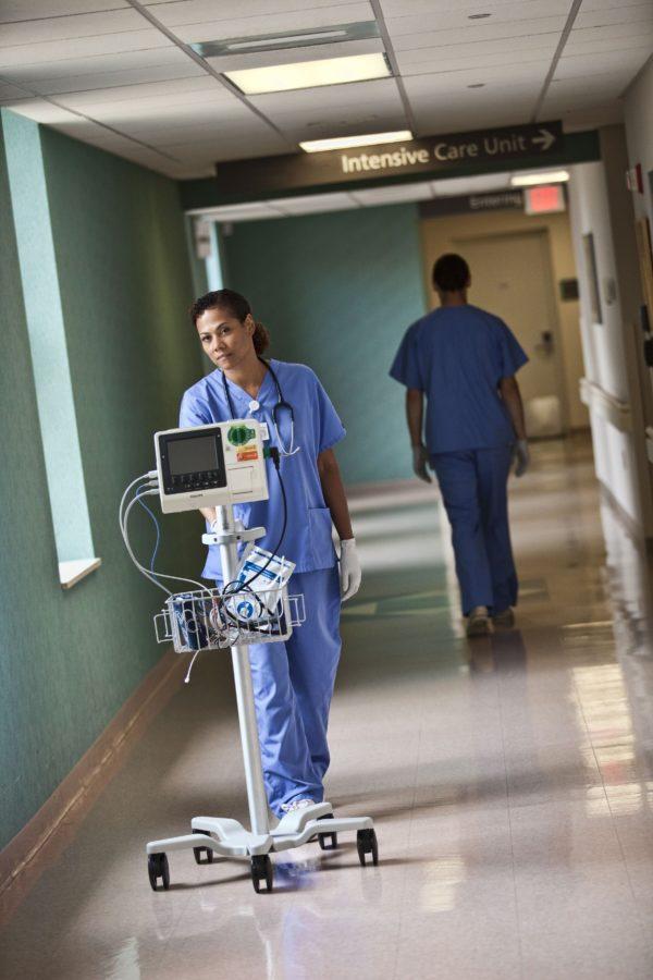 Der Philips HeartStart XL+ Defibrillator lässt sich auf einem Rollständer montieren und ist dadurch sehr transportabel.