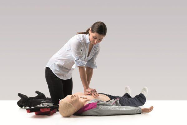 Der Laerdal Resusci Anne Advanced SkillTrainer im Einsatz bei einem Erste Hilfe Kurs. Die Durchführung einer Her-Lungen-Wiederbelebung kann mit dem SkillTrainer trainiert werden.