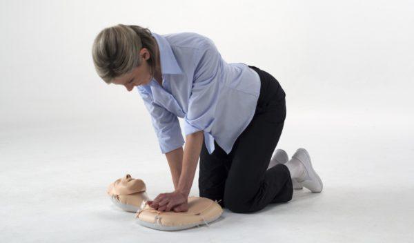 Die Laerdal Mini Anne wird von einer Auszubildenden zum Training der Herz-Lungen-Wiederbelebung verwendet. Die Trainingspuppe ist sehr platzsparend.
