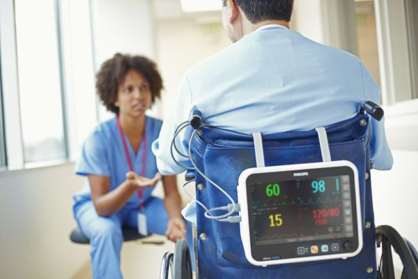 Philips Efficia CM100 ist platzsparend und kann deshalb gut für den Transport von Patienten mit einem Rollstuhl im Krankenhaus genutzt werden. (Artikelnummer: 863300)