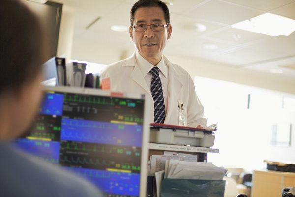 Am Bildschirm der Philips Efficia CMS200 Zentrale (863352) sind die Schwestern immer informiert über den Gesundheitszustand aller Patienten einer Station.