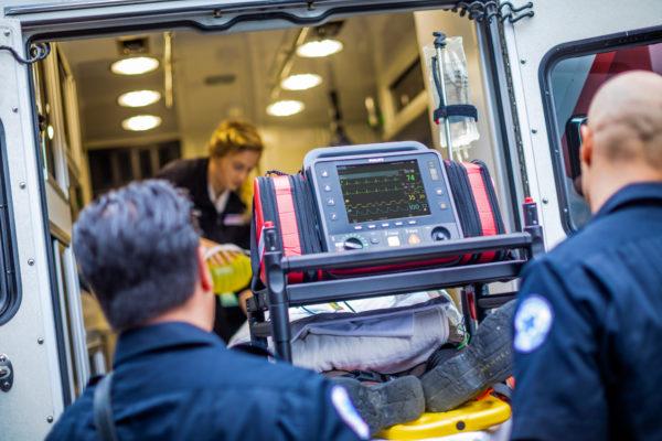 867172-Der Philips HeartStart Intrepid ist optimiert für den mobilen Einsatz beim Patiententransport. er ist leicht und platzsparend.