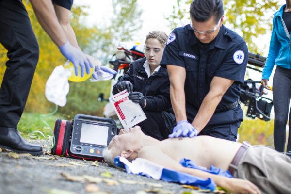 867172-Mit dem Philips HeartStart Intrepid haben Sie die Vitalparameter des Patienten immer im Blick. Optional erhalten Sie mit Hilfe des Q-CPR-Tools auch Feedback und Anleitung während der Wiederbelebungsmaßnahmen.