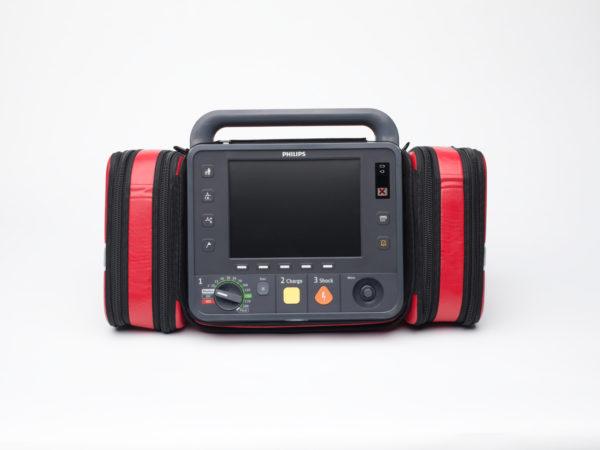 867172-Der Philips HeartStart Intrepid hat seitlich angebrachte Taschen.