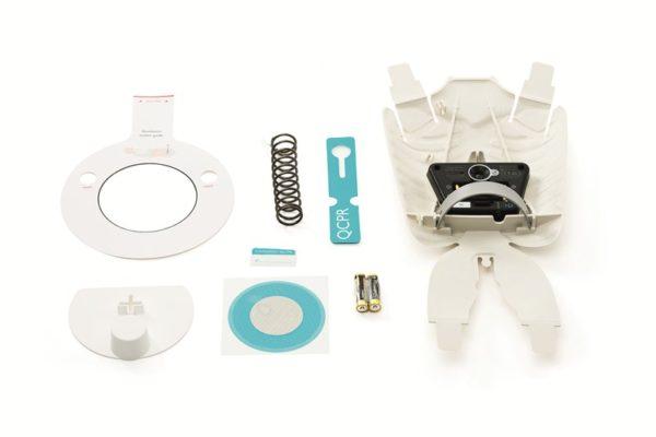 Das Little Junior QCPR Upgrade Kit enthält diverse Bestandteile: Rippenplatte mit QCPR-Sensor, Ventilations-Aufkleber (induktiv), Platzierungsschablone für den Ventilations-Aufkleber, Kompressionsreflektor, Kompressionsfeder, QCPR-Aufkleber, Bändchen zur Kennzeichung der QCPR-Tasche , 2 AA Batterien, Installationsanleitung
