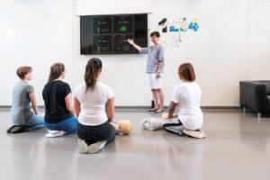 Laerdal Little Junior QCPR kann im Wettbewerbsmodus genutzt werden. Der Bildschirm der QCPR Instructor-App kann dazu mit einem Beamer an die Wand geworfen werden. Der Herz-Lungen-Wiederbelebung kann somit mit motivierten Auszubildenen trainiert werden.